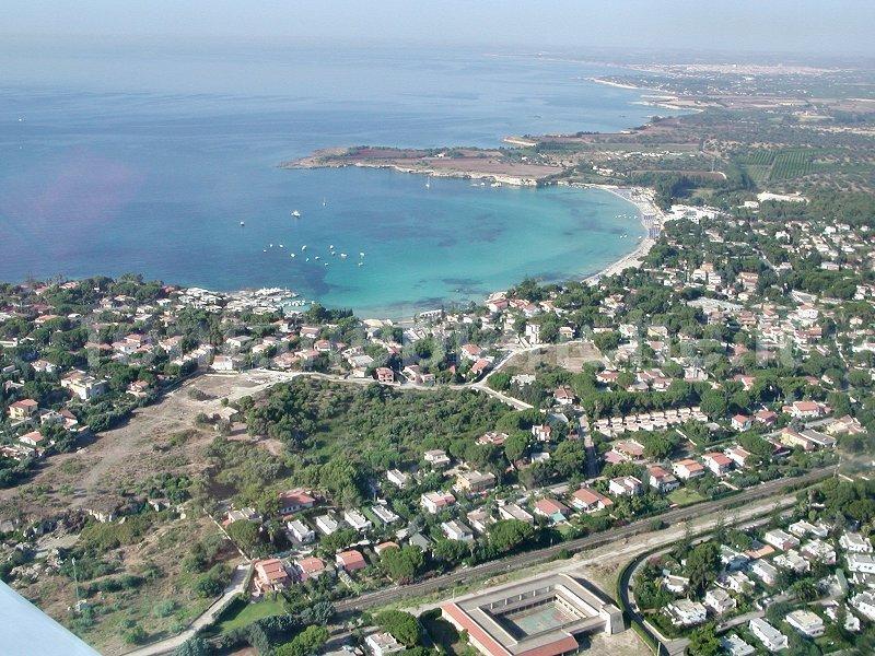 Veduta aerea della baia di Fontane Bianche