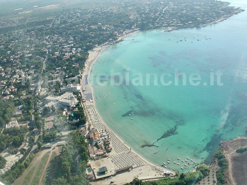 Veduta aerea della spiaggia di sabbia bianca